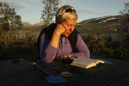 Midtsommerkveld ved Fellvasstua; ei god bok, noe godt i glasset og en kleggfanger.  - Foto: Tor Magne Andreassen