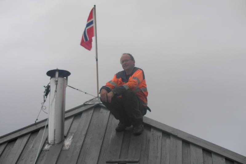 Flagget til topps - hytta har passert 20 år