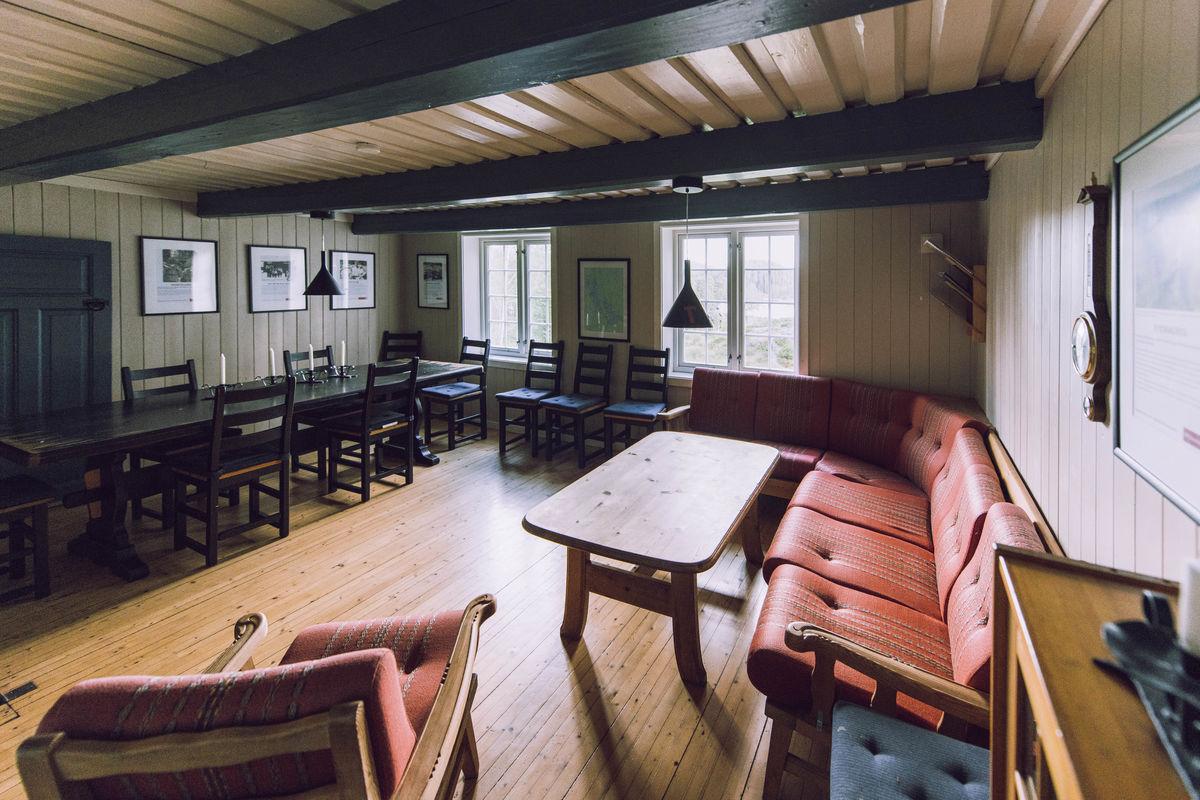 Romslig stue med langbord