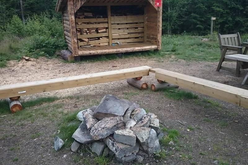 Uteområdet med den nye gapahuken/ vedlageret i bakgrunnen