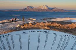 Det er satt opp en retningsskive som viser navn på alle fjelltoppene og områdene du ser fra toppen. - Foto: Henrik Dvergsdal