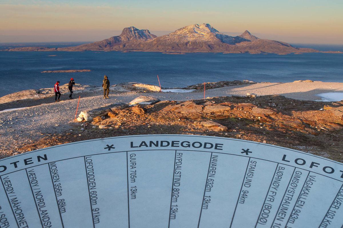 Det er satt opp en retningsskive som viser navn på alle fjelltoppene og områdene du ser fra toppen.