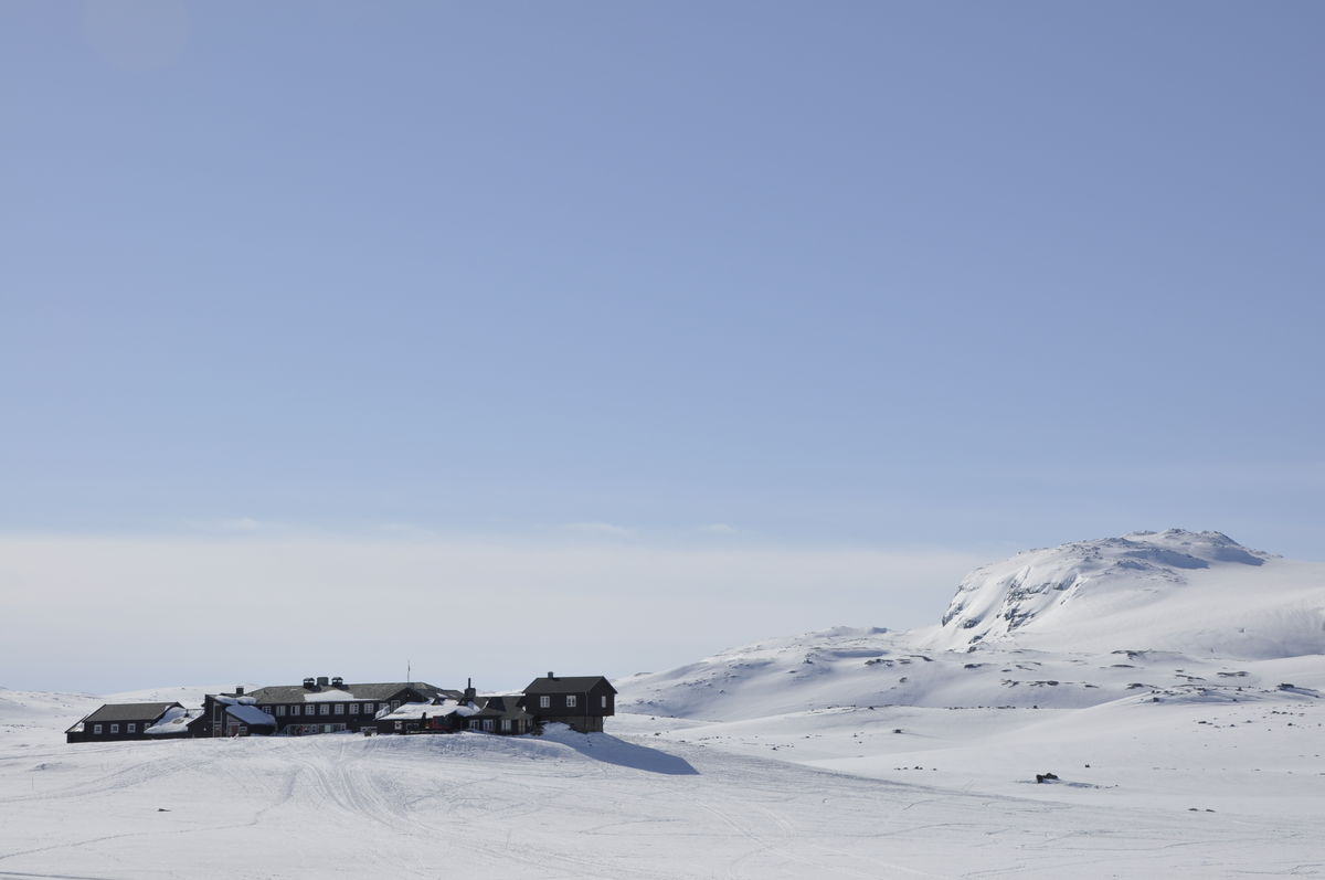 Finsehytta ligger vakkert til med utsyn mot Hardangerjøkulen