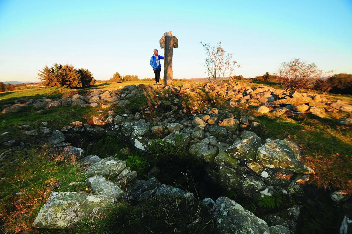 Krosshaug. Graven til den mektige kvinnen som ble gravlagt her i år 450 ligger like ved steinkorset.