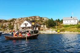 Ro i gamle trebåter -  Foto: Hitra leirskole