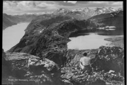 VESLEFJELLET 1743 MOH: Besseggen som er en av landets mest populære turer går over Veslefjellet med en stor varde som signaliserer det høyeste punktet på turen med 1743 moh. - Foto: Nasjonalbiblioteket