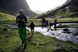 Turleder Oddbjørn Krohn Dalen leder gruppe gjennom Kvanndalen. - Foto: Ukjent