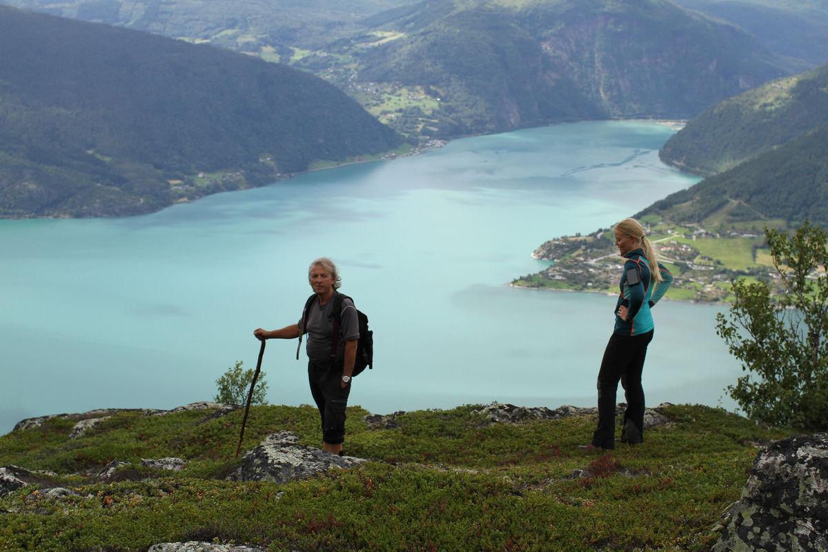 Utsikt fra kanten nedenfor Haganesnosi, mot Gaupne og Nes