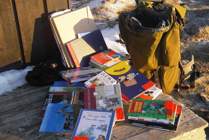 Barnas Fjellbibliotek ankommer Tjørnbrotbu