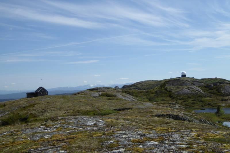 Utsikt fra toppen mot hytta