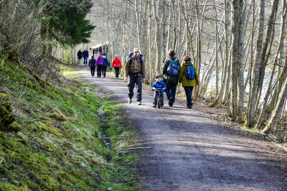 Turstien langs Nidelva brukes av mange turgåere, syklister må vise hensyn