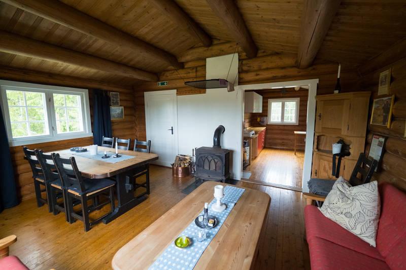 Koselig stue med stort spisebord