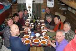 Så mange er det plass til rundt bordet om alle legger godviljen til! - Foto: Jorun Winther