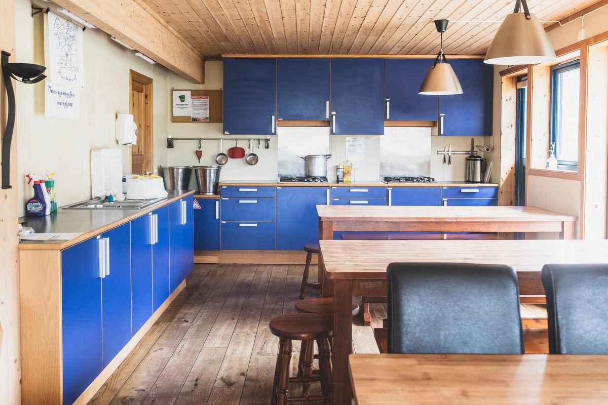 Stort kjøkken i herlig blåfarge.