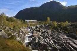 Kvitlen turisthytte ligger fint til på en høyde - Foto: Odd Inge Worsøe