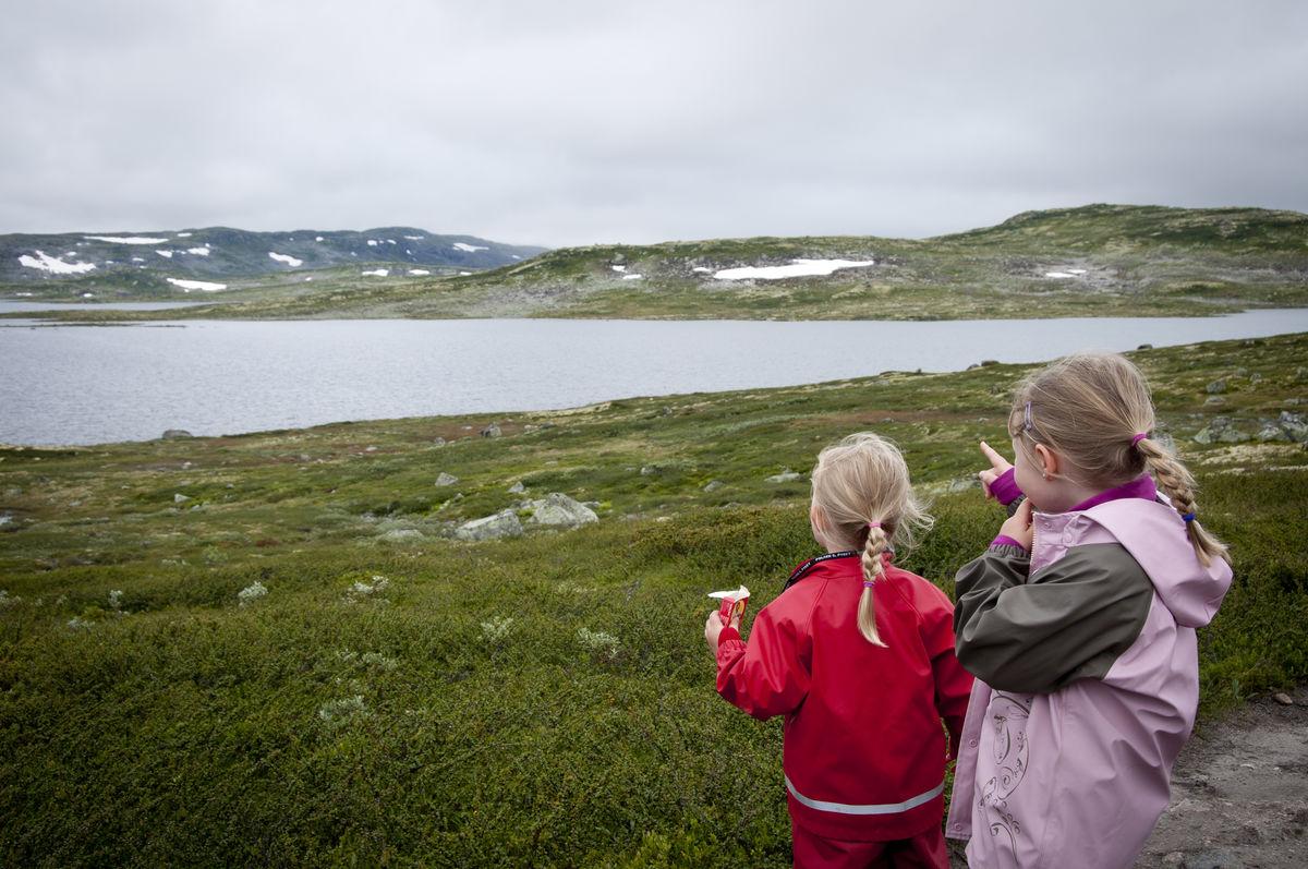 Turen fra Fagerheim til Krækkja ser jentene (Lea og Oda) Krækkja i det fjerne