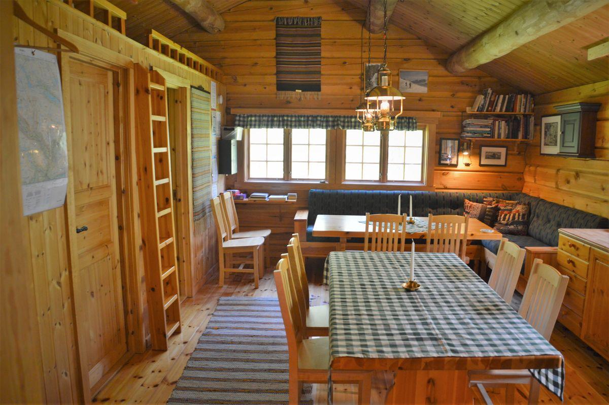 Flott stue og kjøkken med god plass