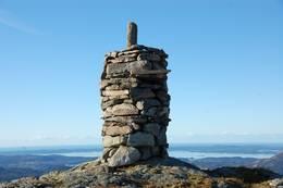 Varden på toppen av Dyraskarsfjellet -  Foto: Roald Årvik