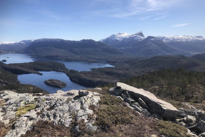 Utsikt aust mot Håsteinsplatået og Jagedalsvatnet nærmast