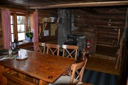 Bord og stoler i stua sett mot største soverom - Foto: Ragnar Åsrud/Rachel Håndlykken/DOT