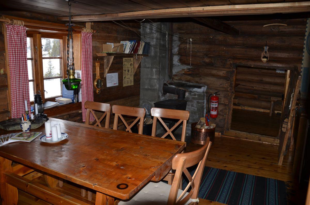 Bord og stoler i stua sett mot største soverom