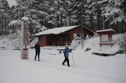 Tidlig start på sesongen. Årstølhytta i bakgrunnen tilhører Søgne Skiklubb. - Foto: Floke Bredland