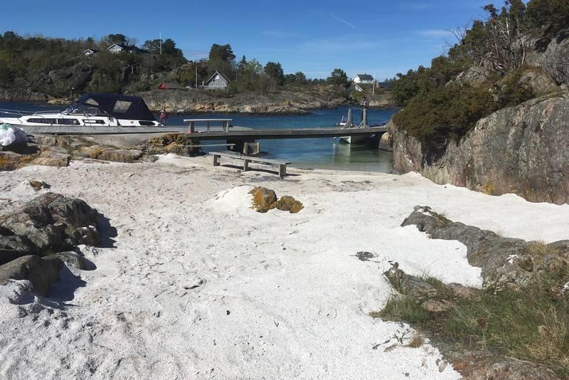 Ny strand med gjestebrygga i bakgrunnen