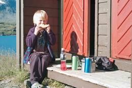 Odin med sin frokost i finværet på Sitashytta  - Foto: Clas Holmberg