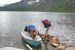 Du må bruke båt for å komme videre til Pyttbua - Foto: Ålesund-Sunnmøre Turistforening