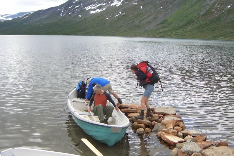 Du må bruke båt for å komme videre til Pyttbua
