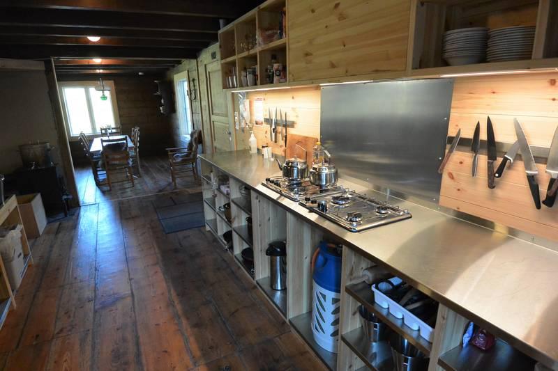 Kjøkkenet på Bakken har gass til koking, ventilator og kjøleskap.