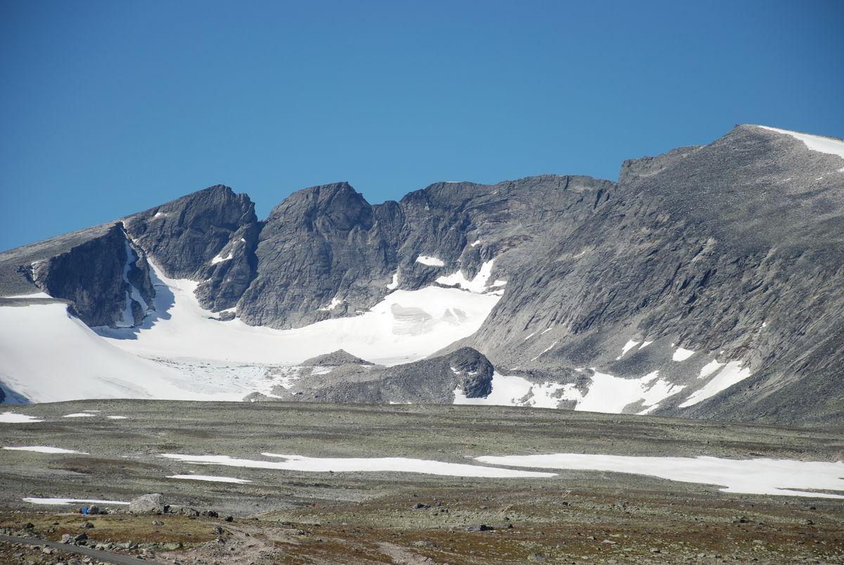 Utsikt mot Snøhetta i juni