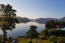 Utsikt fra terrassen på Nothagen en sommer morgen mot Høle og Høgsfjorden -  Foto: Tore Dahl