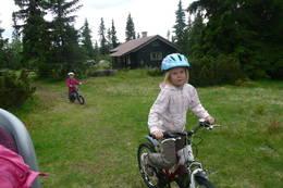16.juli 2012; Katinka Sofie Sylte (7) på sykkel utenfor Kittilbua i Gausdal. Lillesøster Ella Michaela Sylte (4 1/2)på sykkel i bakgrunnen.  - Foto: Siv-Iren Moe