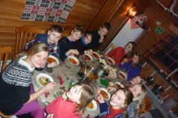 Uten mat og drikke - alltid hyggelig rundt matbordet - Foto: BOT