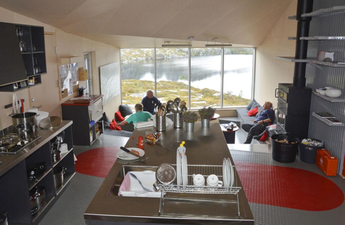 Interiør fra hytta. Kjøkken og oppholdsrom