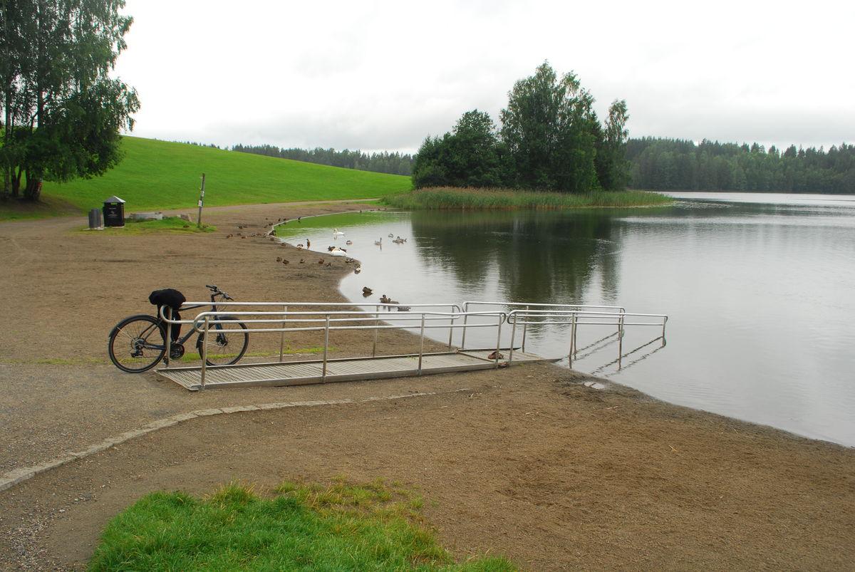 Nordbytjernet er et populært badevann om sommeren. Her er rullestolrampe for bading.