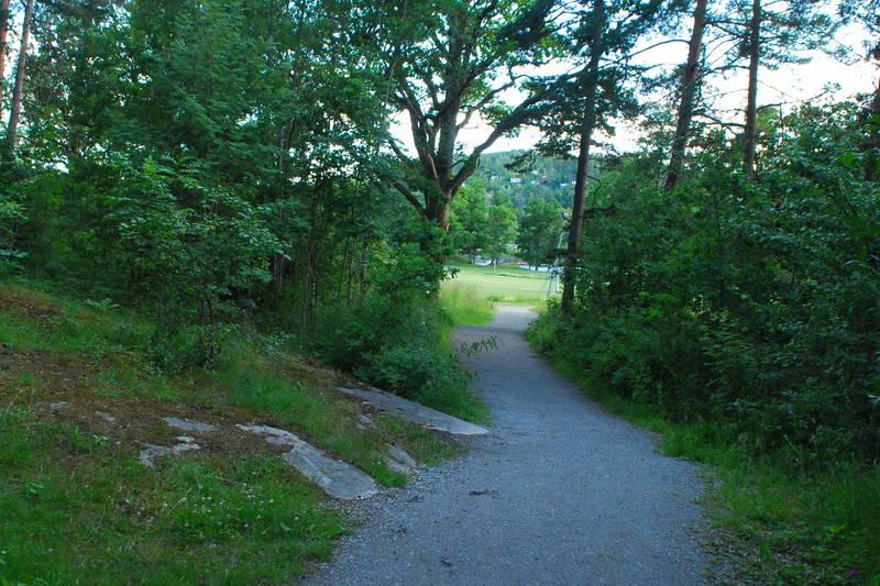 Kyststien går videre forbi Breivoll Gård og nordover langs fjorden. Bratt bakke et lite stykke forbi Breivoll, som trolig er utilgjengelig for rullestoler.