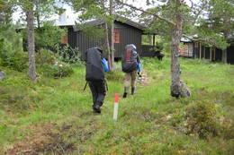 Dage 1: Endelig framme ved Kvitfjellhytta etter en lang dagsmarsj. - Foto: Arne Martin Laukvik