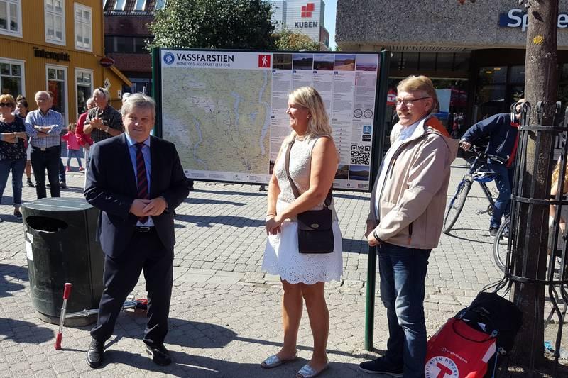 Ordfører Kjell B. Hansen (Ringerike), varaordfører Kristin Gullingsrud (Flå) og ordfører Kåre Helland (Sør-Aurdal) sto for åpningen av Vassfarstien