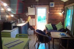 Litt nye møbler og inventar har gjort den lille hytta både innbydende og innholdsrik for inntil 4 stk. Kjøkkenet er byttet etter at bildet ble tatt. - Foto: Frank-Werner Unsgaard