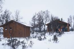 Vetåbua, uthus og hovedhytta i bakgrunnen - Foto: Arne Braaten