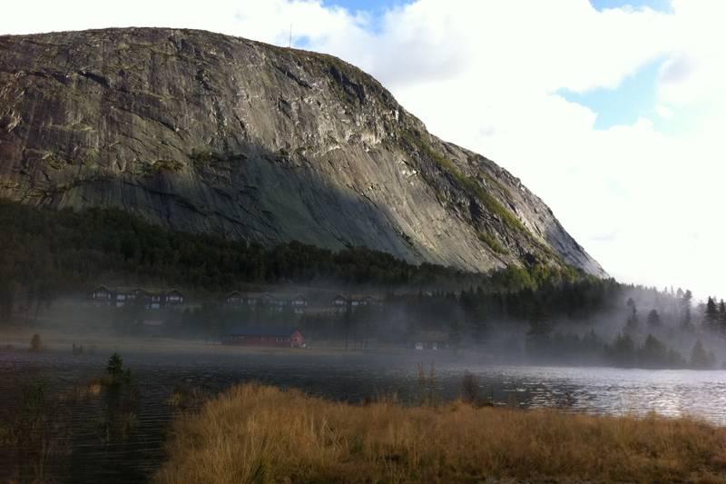 Løefjell- en tidlig morgen. Bildet er tatt fra Brokke Alpinsenter og i veggen er det over 100 klatreruter.