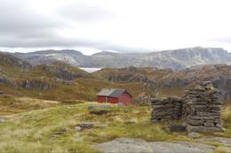 ONSTEINSTØLEN: Utsikt mot Løkjelsvatnet og fjellene bak. T.v. Åboren 1.074 moh., Kvennenuten 974 moh. og Borfjellet 926 moh. -  Foto: Ukjent