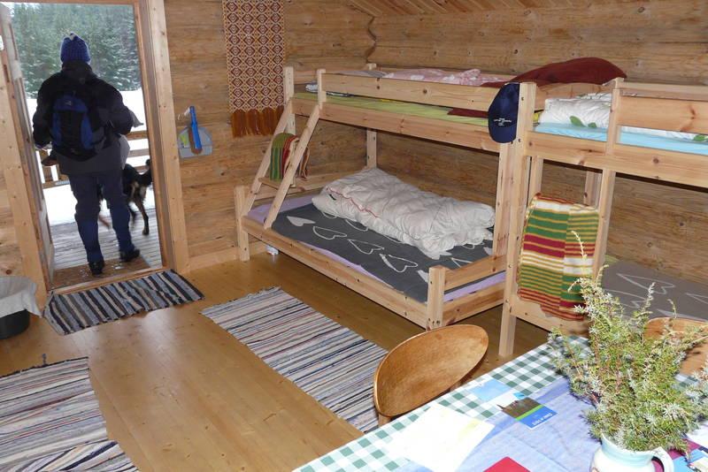 Gammelsaga. En 120 cm bred seng nederst,  i tillegg til 3 x 75 cm brede senger.