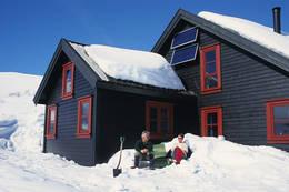 Sola varmer i hytteveggen - Foto: Odd Inge Worsøe