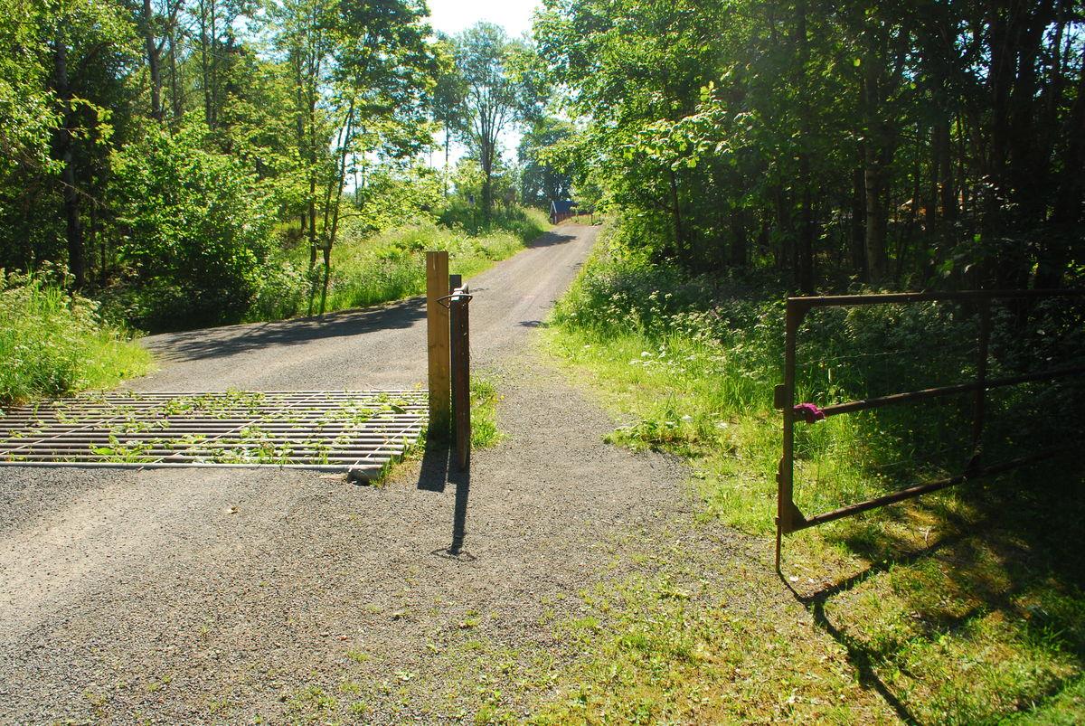 Ferist rett før gården Gupu (veien til Nedre Gupu går inn til venstre i bildet). Port som kan åpnes, med god passasje.