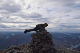 Bildet er tatt på toppen av Heilhornet (1058 meter høyt) i Bindal i Nordland 4. september i år. Da hadde jobben (Helse Nord-Trøndelag) tur dit, med ca 50 deltakere, og rundt 30 gikk helt opp på toppen.  - Foto: Sissel Nygaard