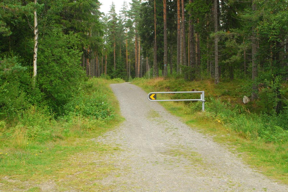 Bom ved inngangen til turveien på Kokstadvangen. Denne kan passeres med rullestol.