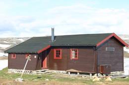 Hovedhytta ble bygget i 1971, etter at den telegrafstua som opprinnelig stod her brant ned i 1968. - Foto: Nikolai Støver